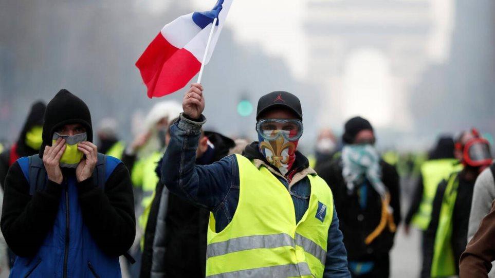 Το 56% των Γάλλων θέλουν να σταματήσουν οι κινητοποιήσεις των «κίτρινων γιλέκων»