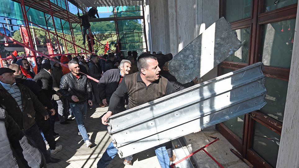 Αλβανία: Χιλιάδες διαδηλωτές στους δρόμους - Προσπάθησαν να μπουν στο πρωθυπουργικό μέγαρο