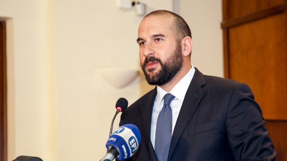 Σε κλοιό διαδηλωτών ο Τζανακόπουλος στην Κατερίνη