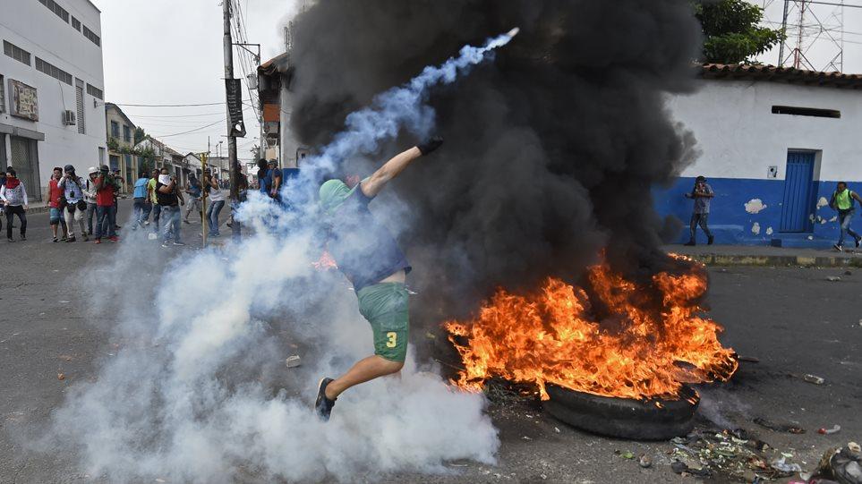 Χάος στη Βενεζουέλα: Βίαιες συγκρούσεις με νεκρούς - Έκαψαν φορτηγό με ανθρωπιστική βοήθεια