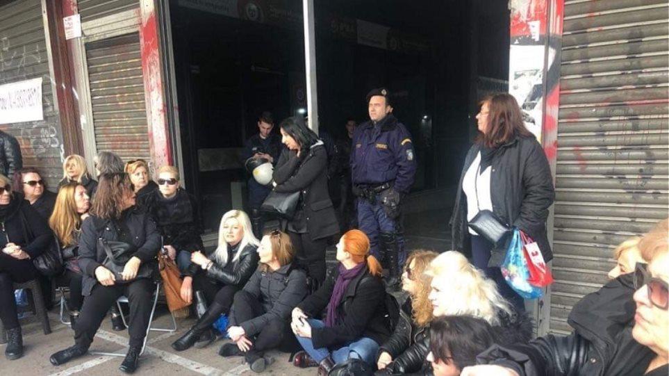 Καθιστική διαμαρτυρία από τις χήρες έξω από το υπουργείο Εργασίας