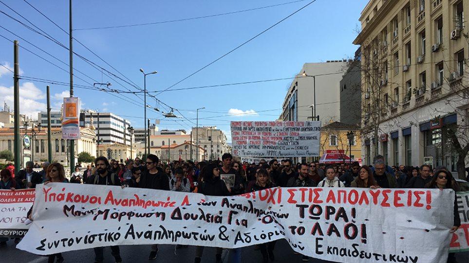 Στους δρόμους εκπαιδευτικοί και μαθητές - «Εμείς πειραματόζωα της κυβέρνησης δεν θα γίνουμε»