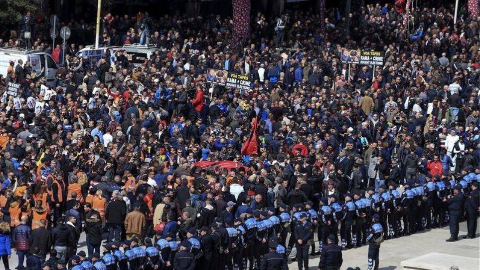 Βίαια επεισόδια στα Τίρανα - Διαδηλωτές προσπάθησαν να εισβάλουν στο κοινοβούλιο
