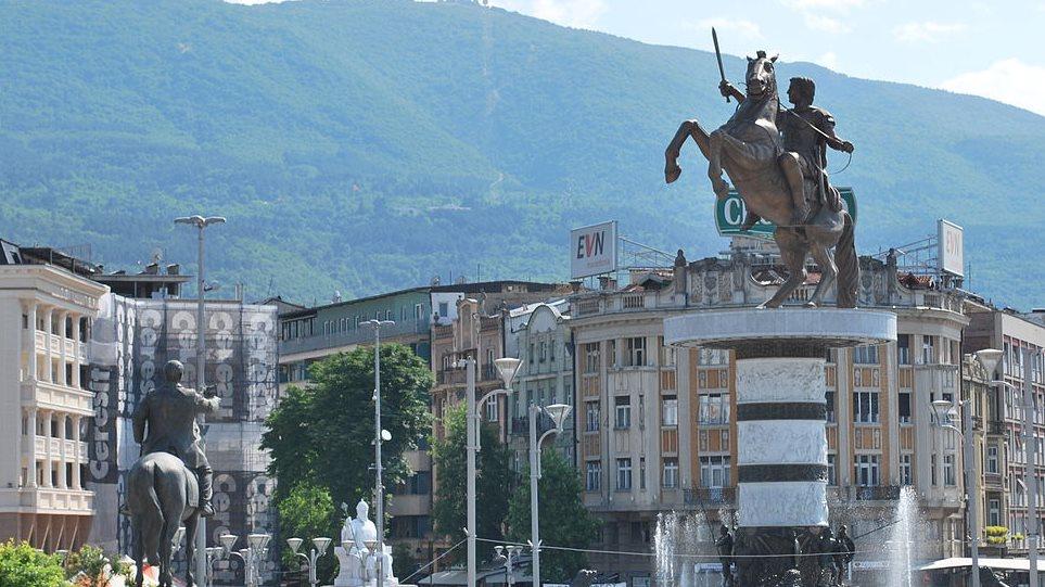 Tα Σκόπια δεν αποκαθηλώνουν τα φαραωνικά αγάλματα των αρχαίων Μακεδόνων παρά τη Συμφωνία των Πρεσπών