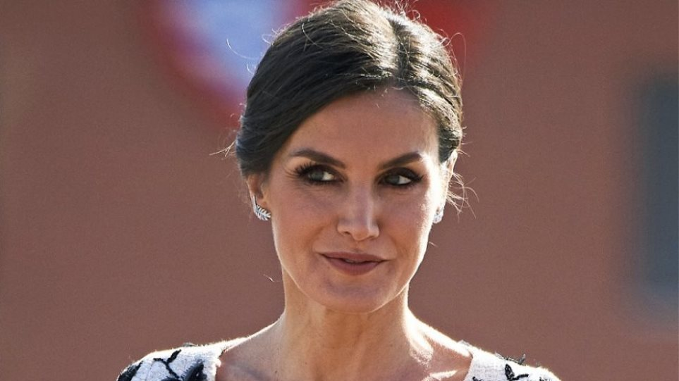 cdc345890b7b H βασίλισσα Λετίσια φόρεσε το χρώμα της σεζόν με ένα εντυπωσιακό Zara σύνολο