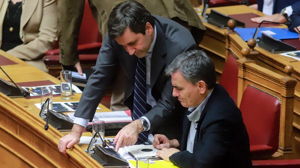Η κυβέρνηση του ΣΥΡΙΖΑ κάνει «δώρο» €300 εκατ. στις τράπεζες!
