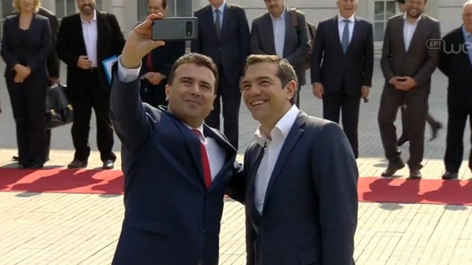 Αγκαλιές, φιλιά και selfie για Τσίπρα και Ζάεφ στα Σκόπια
