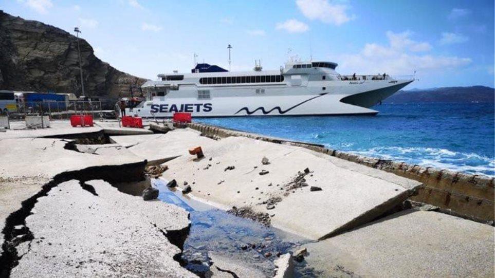 Φωτογραφίες: Τα κύματα κατέστρεψαν το λιμάνι της Σαντορίνης