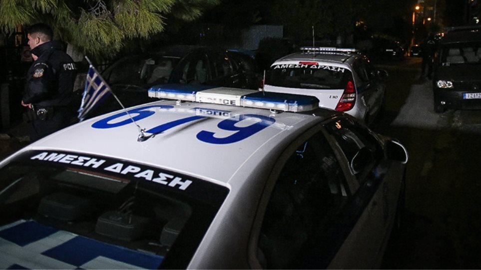 Νεαροί επιτέθηκαν με πέτρες σε περιπολικό στον Πειραιά – Τραυματίστηκε αστυνομικός
