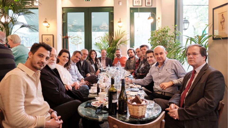 Ο Μητσοτάκης με Σαββόπουλο, Πορτοκάλογλου κι άλλους 8 δημιουργούς