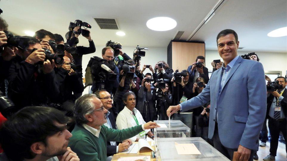 Εκλογές στην Ισπανία: Έκλεισαν οι κάλπες - Δημοσκόπηση δίνει νίκη χωρίς αυτοδυναμία στον Σάντσεθ