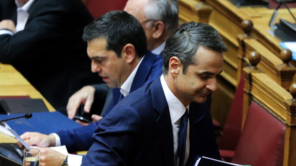 «Νάτος, νάτος ο Τσίπρας ο σκαφάτος» - Ανηλεές σφυροκόπημα του Κυριάκου στον πανικοβλημένο Τσίπρα στη Βουλή