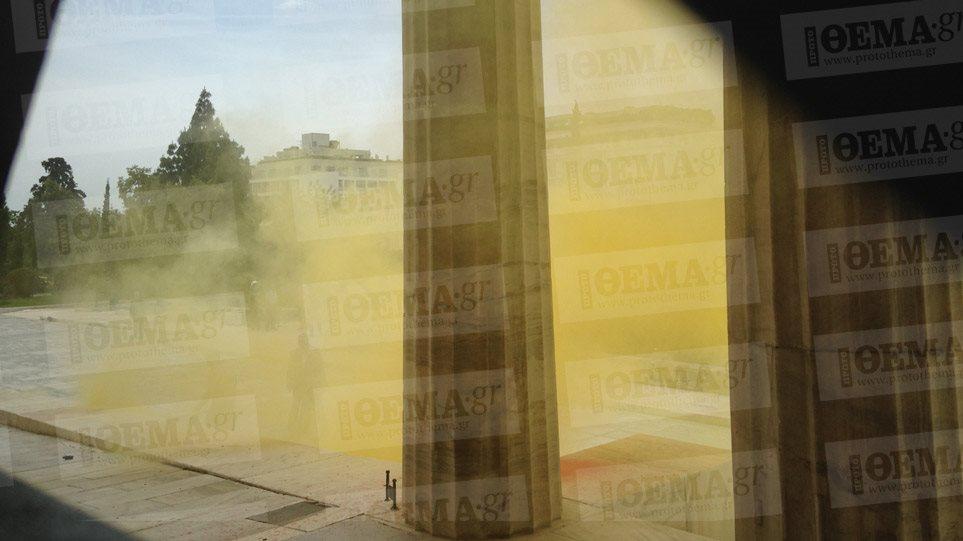Alert! Επίθεση αγνώστων με μπογιές και καπνογόνα στη Βουλή