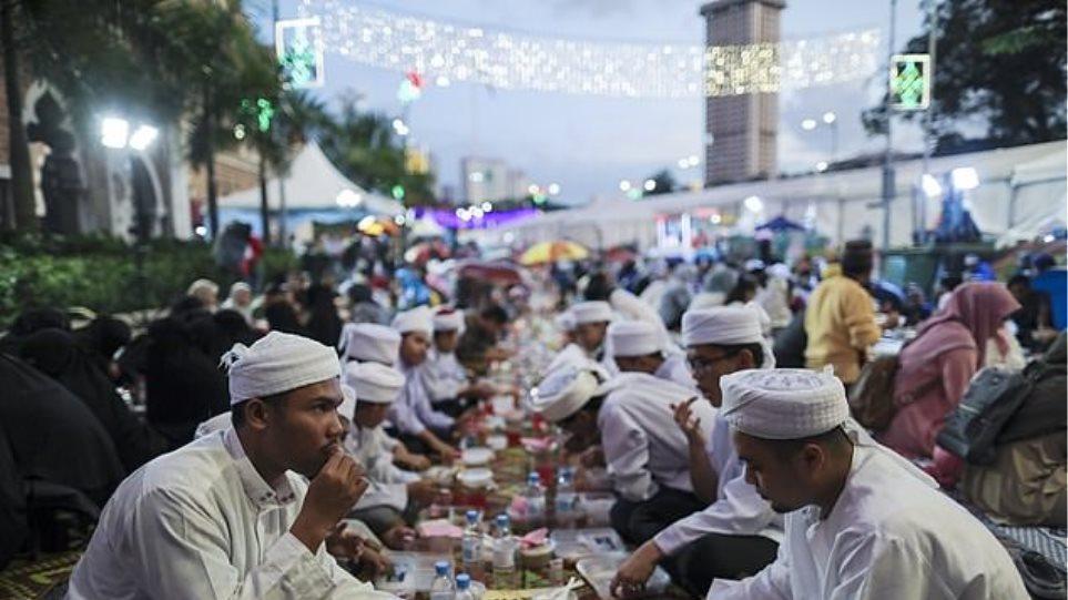 Μαλαισία: Αστυνομικοί θα κάνουν τους σερβιτόρους για να τσακώσουν όσους δεν νηστεύουν στο Ραμαζάνι