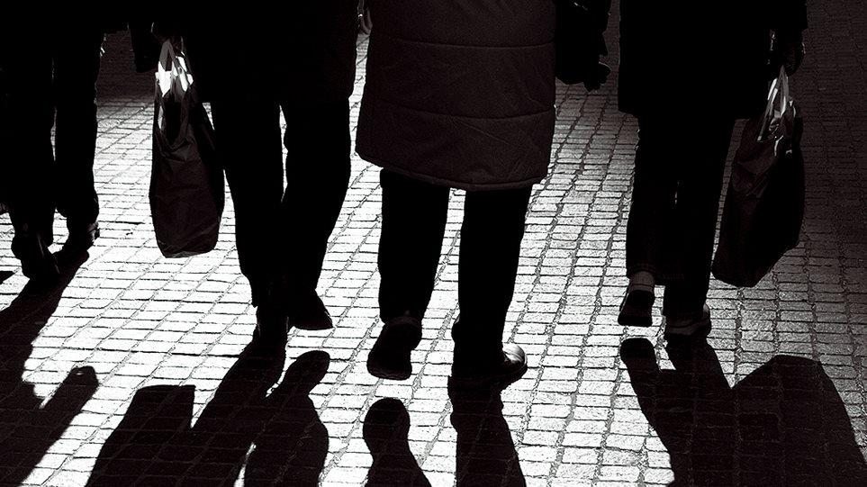ΙΟΒΕ: Το 65% των Ελλήνων μόλις τα βγάζει πέρα