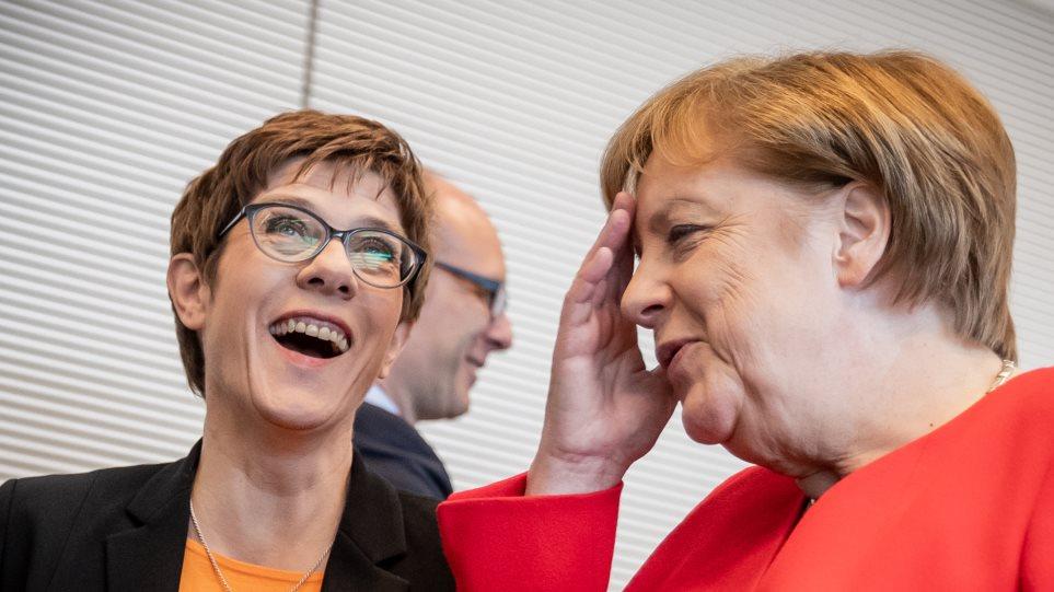 Γερμανικός Τύπος: Η Μέρκελ δεν παραδίδει την Καγκελαρία γιατί δεν εμπιστεύεται την Καρενμπάουερ