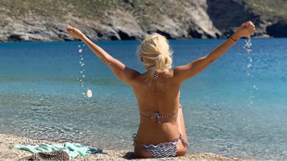 Η Ελένη Μενεγάκη ποζάρει στις παραλίες της Άνδρου (ΦΩΤΟ)