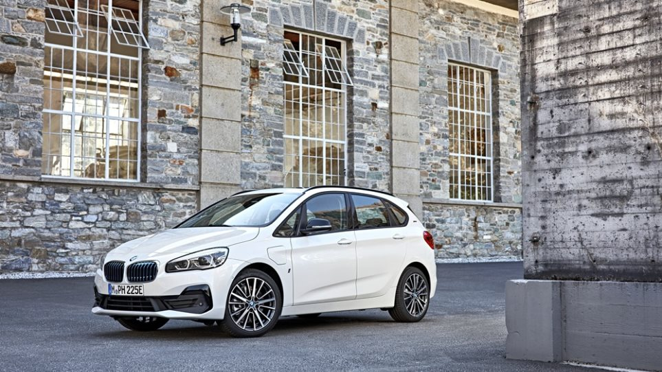 P90288877_highRes_the-new-bmw-225xe-ip-chariatis-1000a