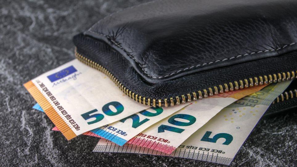 Νεαρή ξάφριζε τα πορτοφόλια υπαλλήλων καφετέριας στη Λάρισα
