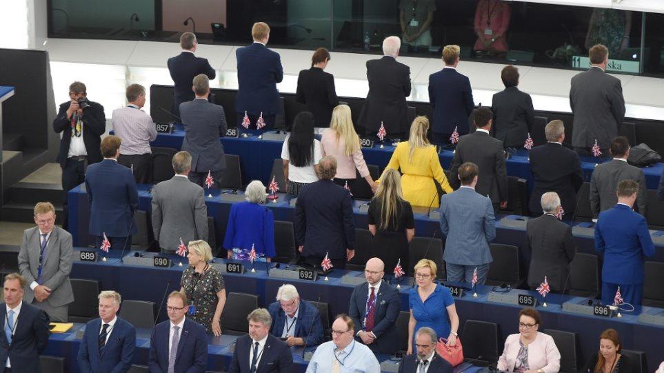 Την πλάτη τους στον ευρωπαϊκό ύμνο γύρισαν οι «Ευρωβουλευτές» του κόμματος του Brexit