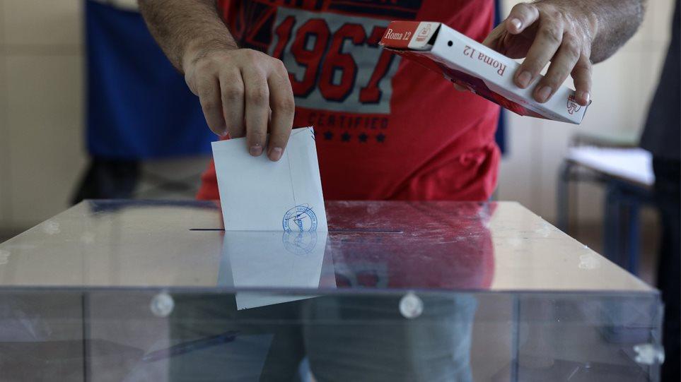 Όλα τα σενάρια για έδρες, προβλέψεις αυτοδυναμίας και το ρόλο της αποχής στις σημερινές Εκλογές