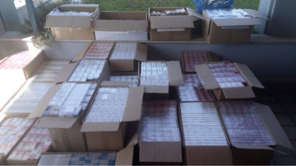 Λάρισα: Αποθήκη έκρυβε χιλιάδες λαθραία πακέτα τσιγάρων και καπνού