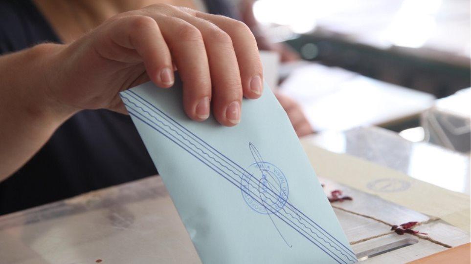 Σύλλογοι απόδημων Ελλήνων: Να στηρίξουν όλα τα κόμματα ψήφο από τον τόπο διαμονής χωρίς περιορισμούς