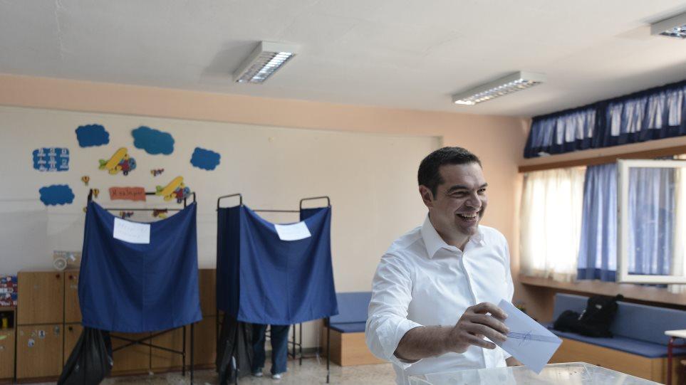 Ψήφισε το πρωί ο Αλέξης Τσίπρας καταχειροκροτούμενος από ψηφοφόρους του ΣΥΡΙΖΑ (VIDEO)