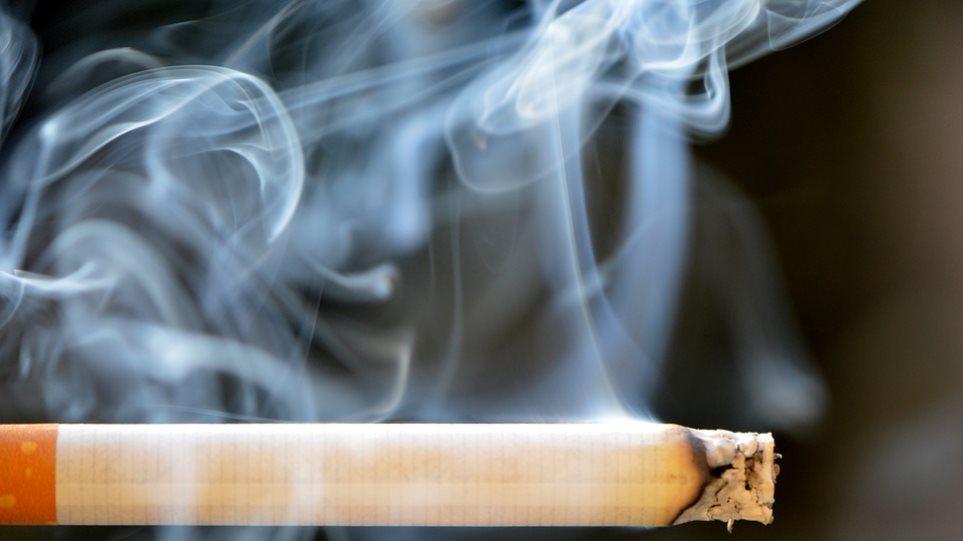 Bloomberg: Πώς το εμπόριο λαθραίων τσιγάρων μπορεί να «στοίχισε» στους Έλληνες συνταξιούχους