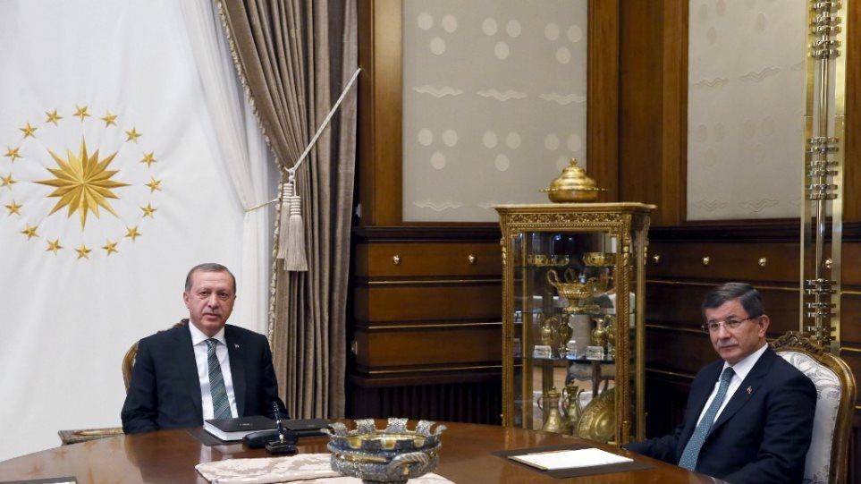 Απανωτά «χτυπήματα» δέχεται ο Ερντογάν: Ο Νταβούτογλου ιδρύει κόμμα