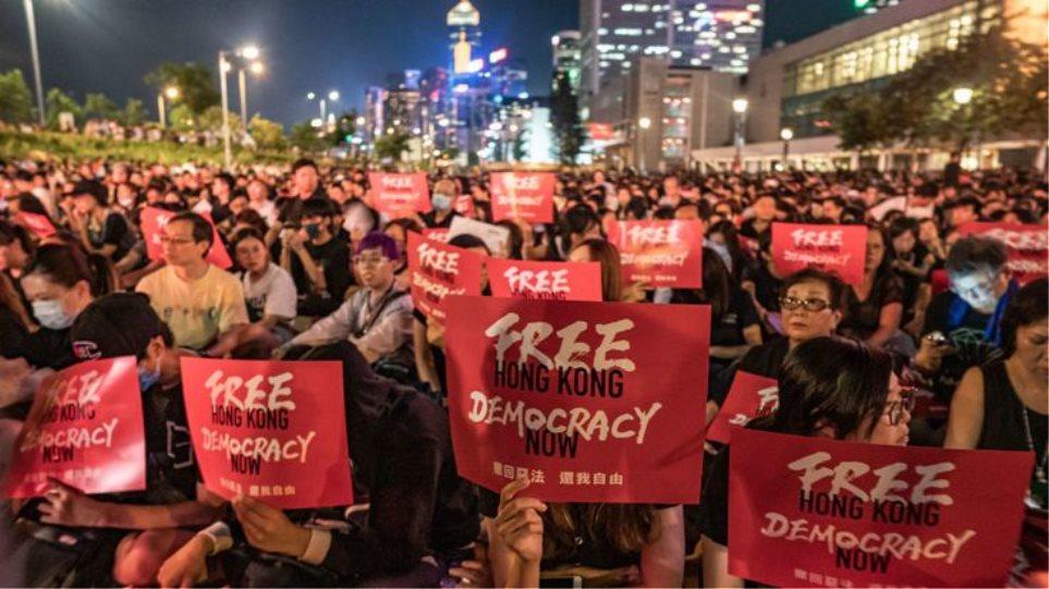Χονγκ Κονγκ: Αντικυβερνητικοί διαδηλωτές συγκρούστηκαν με υποστηρικτές του Πεκίνου