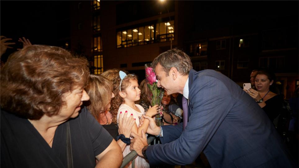 Με λουλούδια και «όμορφη Ελλάδα» υποδέχτηκαν τον Μητσοτάκη στην Αστόρια