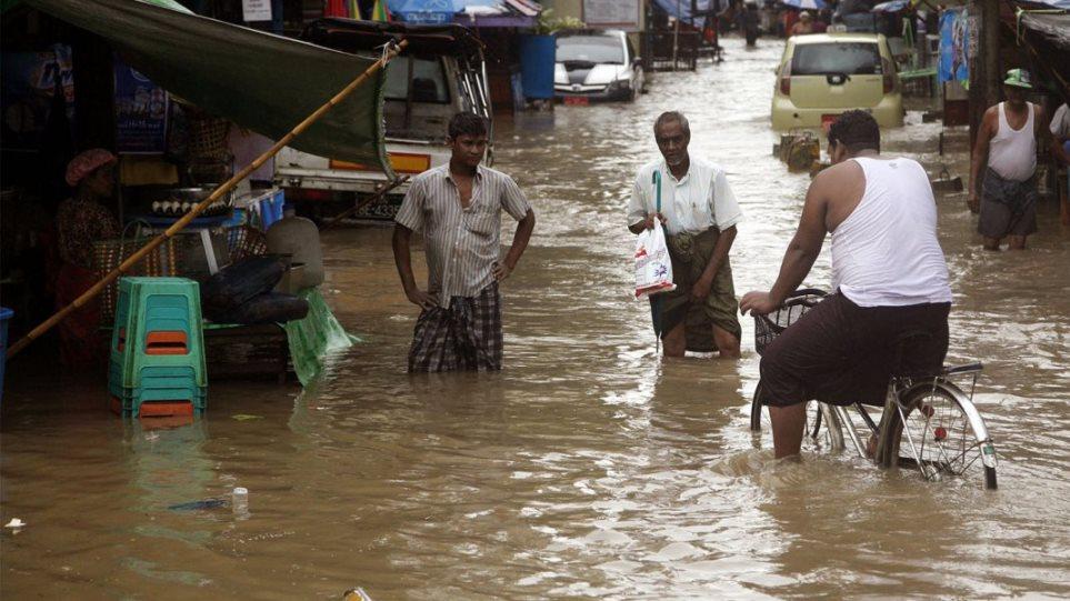 Ινδία: Τουλάχιστον 73 νεκροί από τις ισχυρές βροχοπτώσεις