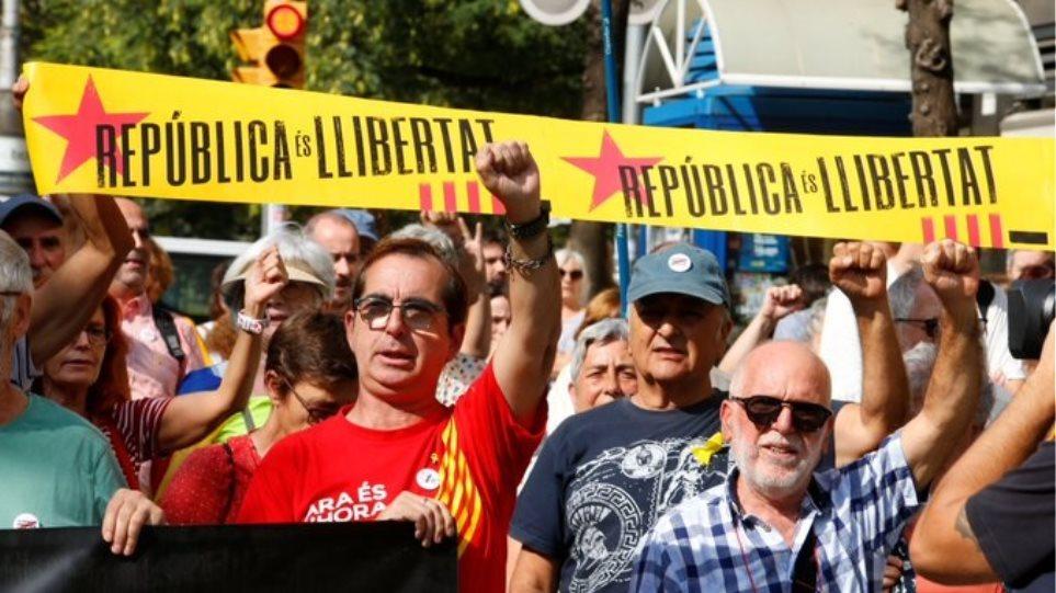Ισπανία: Σε «πολιτική ανυπακοή» καλούν τους Καταλανούς οι αυτονομιστές ηγέτες