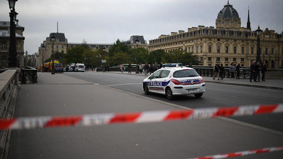 Συναγερμός στο Παρίσι: Τουλάχιστον δύο νεκροί από επίθεση αγνώστου με μαχαίρι σε αστυνομικό τμήμα