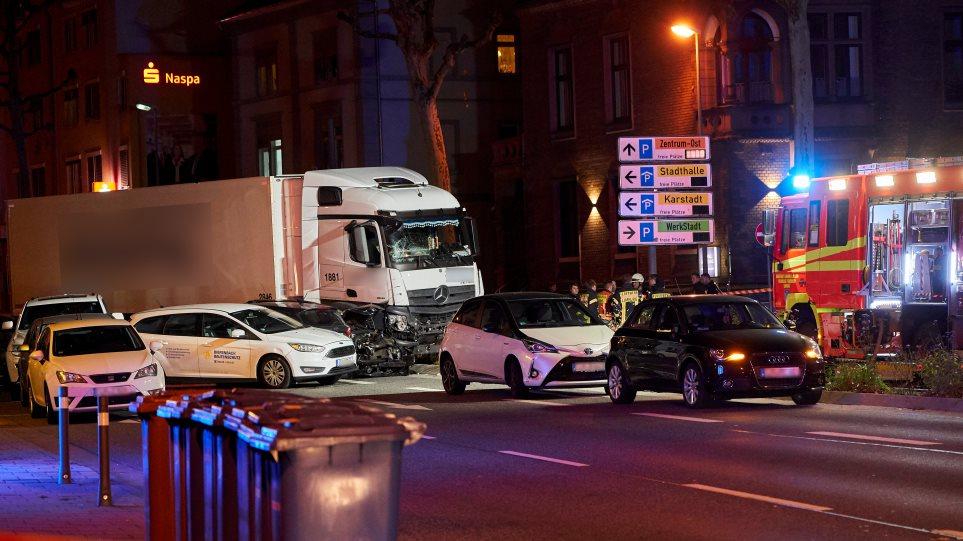 «Σκιά» τρομοκρατίας στη Γερμανία: Κλεμμένο φορτηγό παρέσυρε 19 αυτοκίνητα - 16 τραυματίες