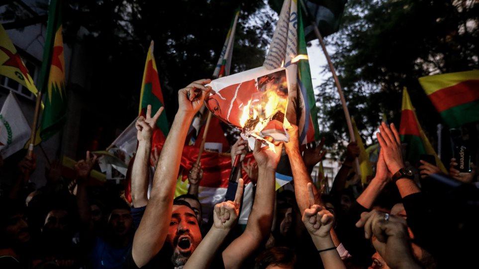 Οργισμένες διαδηλώσεις Κούρδων: Έκαψαν τουρκικές σημαίες, ποδοπάτησαν φωτογραφίες του Ερντογάν