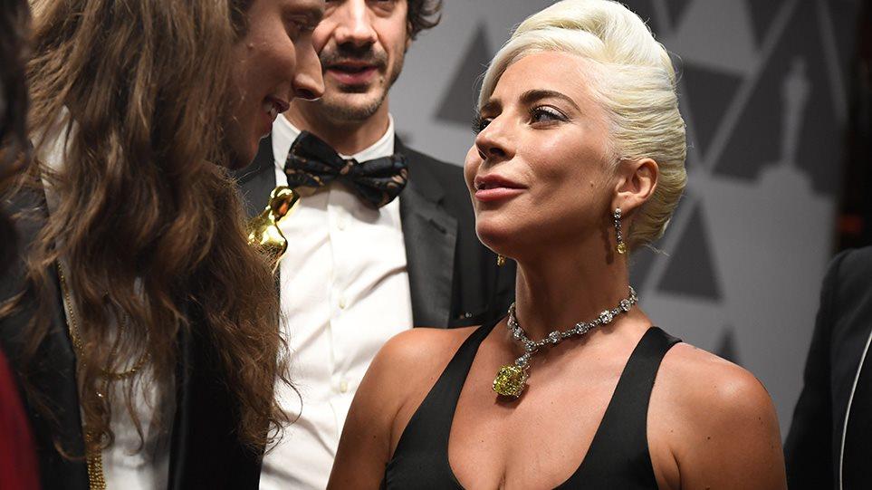 Σοκαριστικό ατύχημα για τη Lady Gaga - Έπεσε από τη σκηνή μαζί με θαυμαστή της (VIDEO)