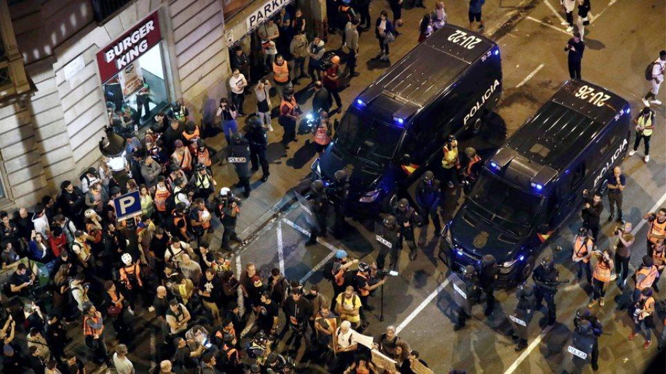 Βαρκελώνη: Κατέκλυσαν τους δρόμους της πόλης χιλιάδες αυτονομιστές