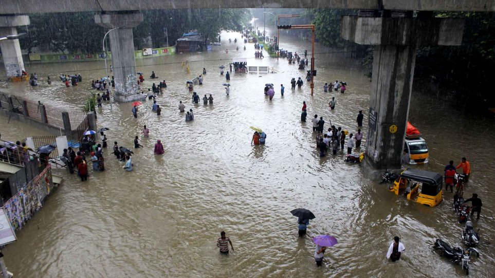 people-wade-through-flooded-c49a-diaporama
