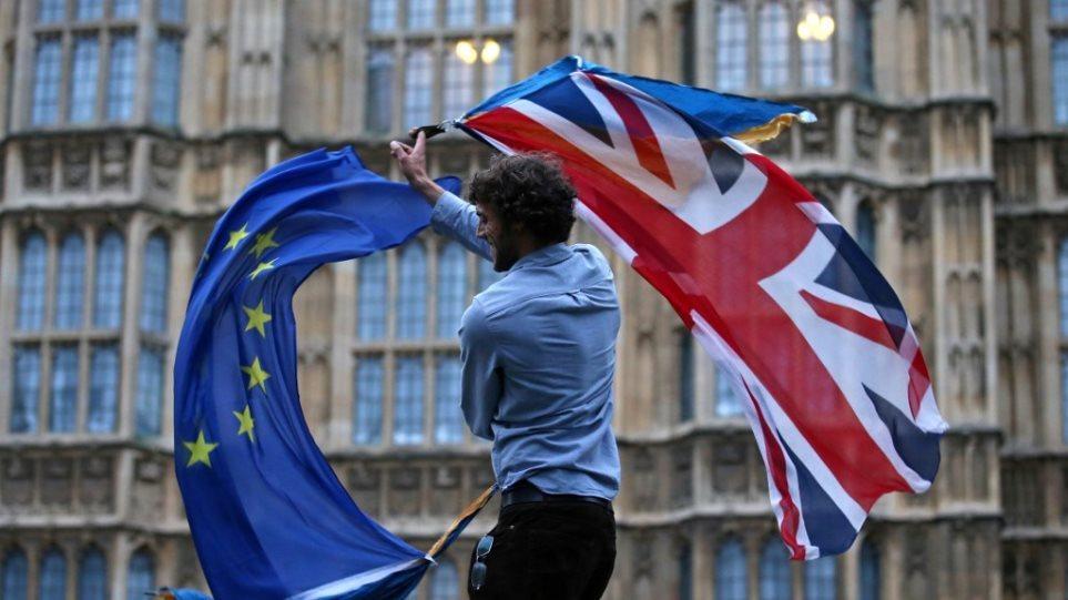 Βρετανία: Διευρύνει τον αριθμό επιστημόνων που θα μπορούν να βγάλουν γρήγορα βίζα μετά το Brexit