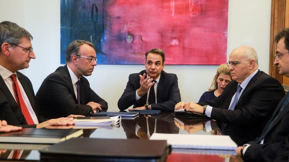 Στο τραπέζι της συνάντησης Μητσοτάκη-τραπεζιτών οι χρεώσεις των Τραπεζών στις συναλλαγές