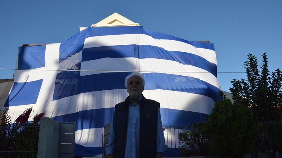 Άργος: Ο αντιδήμαρχος κάλυψε το σπίτι του με ελληνική σημαία 140 τ.μ.