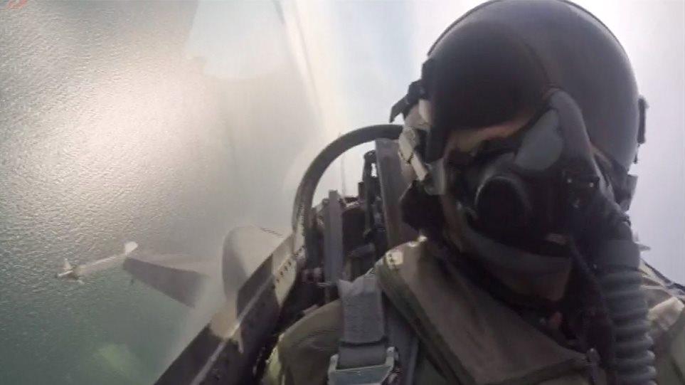 """Συγκίνησε ο πιλότος του F-16 της ομάδας Ζευς στην παρέλαση της Θεσσαλονίκης: """"Τούτος ο λαός δεν γονατίζει παρά μόνο μπροστά στους νεκρούς του"""""""