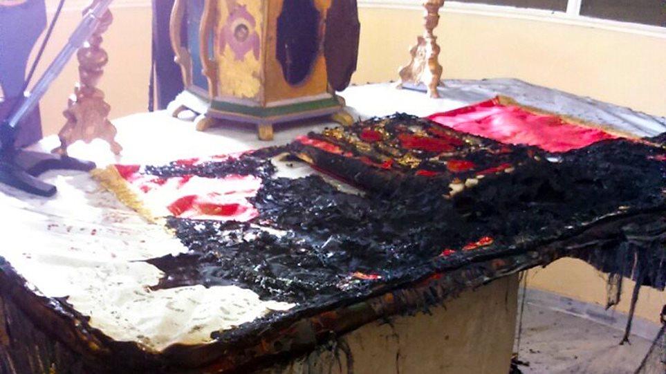 Χίος: Φωτογραφίες σοκ - Έκαψαν την Αγία Τράπεζα του ναού «Άγιος Χαράλαμπος»