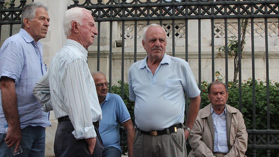 Επικουρικές: «Έκλεψαν» έως 300 ευρώ τον μήνα σε 300.000 συνταξιούχους το 2016