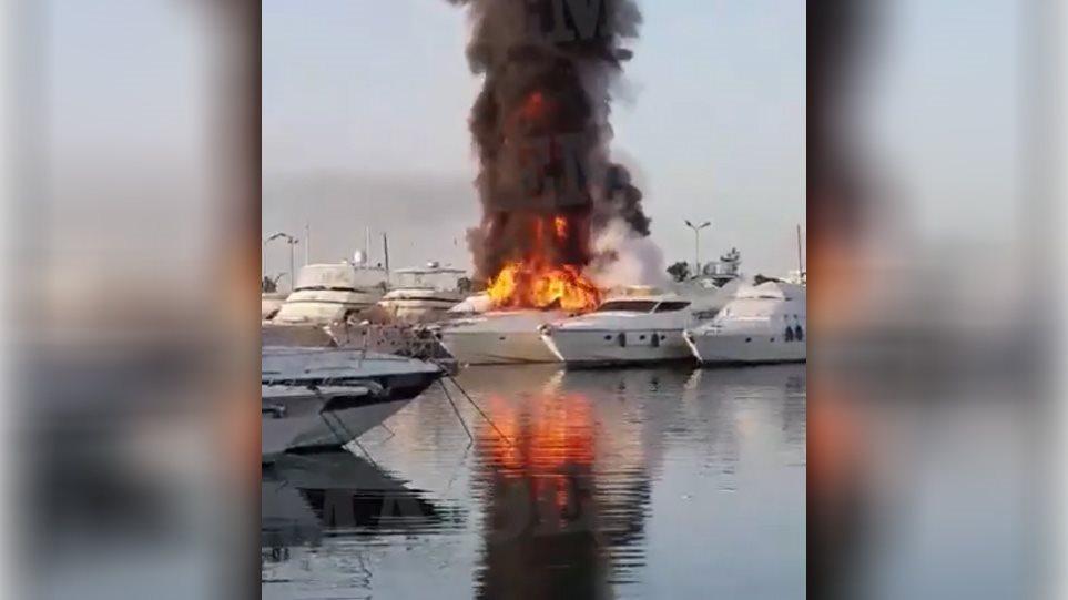 Στις φλόγες δύο σκάφη στη μαρίνα Γλυφάδας - Δείτε βίντεο