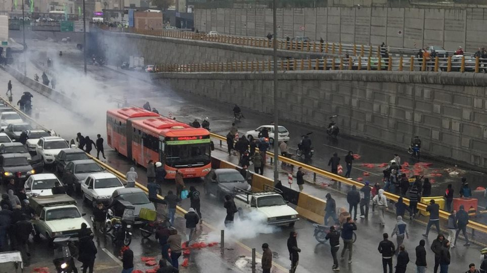 Κόλαση στο Ιράν: Η αύξηση της τιμής της βενζίνης έβγαλε τον κόσμο στους δρόμους