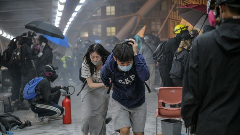 Χονγκ Κονγκ: Εκτός ορίων οι συγκρούσεις - Δεν παραδίδονται οι φοιτητές στο Πολυτεχνείο