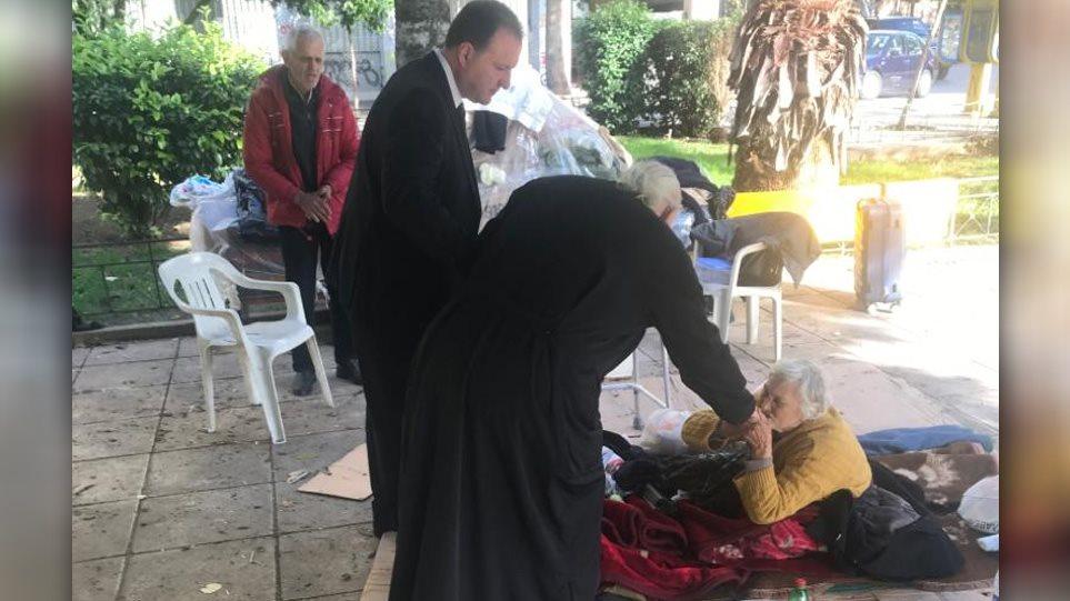 Κεραμεικός: Ο Ιερώνυμος συνάντησε ζευγάρι άστεγων ηλικιωμένων - «Βρείτε διαμέρισμα και αναλαμβάνω όλα τα έξοδα»